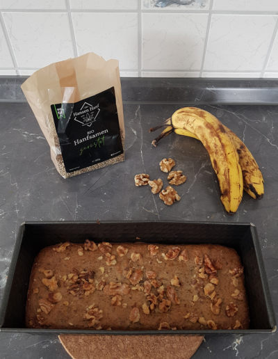 Veganes Bananenbrot mit Hanfsamen in der Backform
