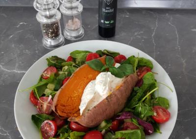 Süßkartoffel auf Salat