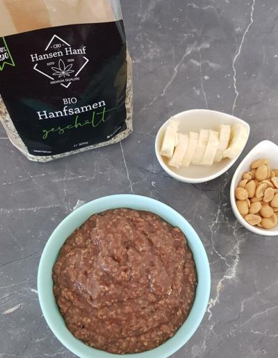 Snickers Porridge mit Hanfsamen